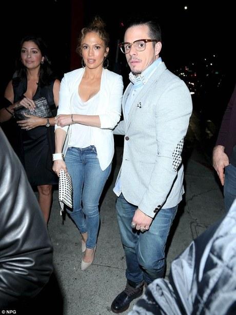 2567F22800000578-2942793-Together again Jennifer Lopez and Casper Smart in LA last night-a-31 1423246309443 780fb