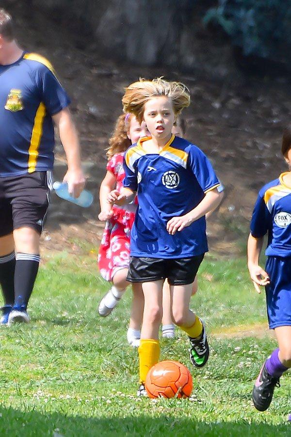 shiloh-jolie-pitt-zahara-playing-soccer-photos-13 65401
