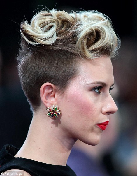 27D3DB5500000578-3049296-Two tone Scarlett went for a punky quiff with her blonde locks w-a-171 1429647828624 5a734