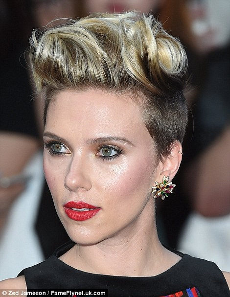 27D3F3D200000578-3049296-Two tone Scarlett went for a punky quiff with her blonde locks w-m-170 1429647819913 88b73