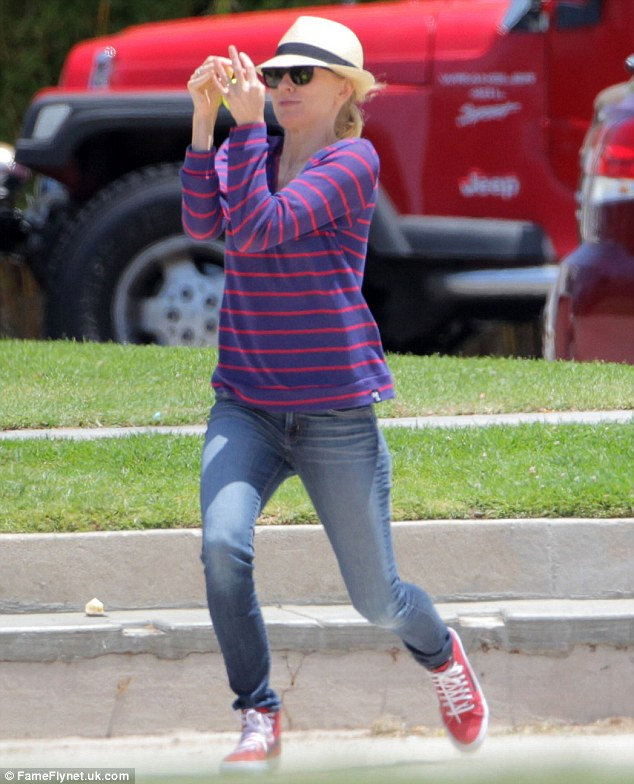 296B07E800000578-3114156-Hands on Naomi Watts showed off her sporty side on Saturday when-m-41 1433677929263 d2480