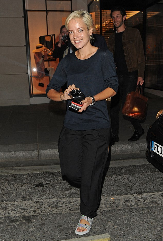 2985CF7A00000578-3119288-Casual style Singer Lily Allen rocked the causal look at a fashi-a-82 1433985715089 30107