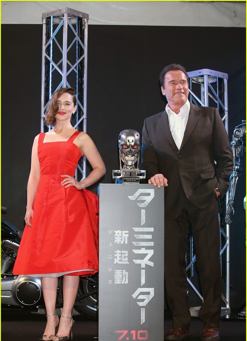 emilia-clarke-looks-red-hot-terminator-genisys-japan-03 8970a