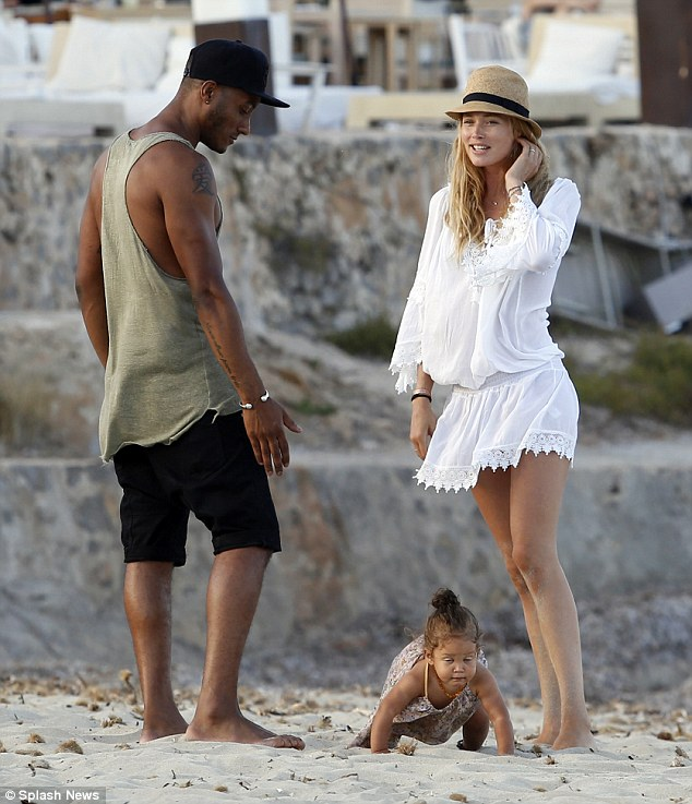 2B72644F00000578-0-Life s a beach Doutzen Kroes and her husband Sunnery James smile-m-4 1439842941267 79d71