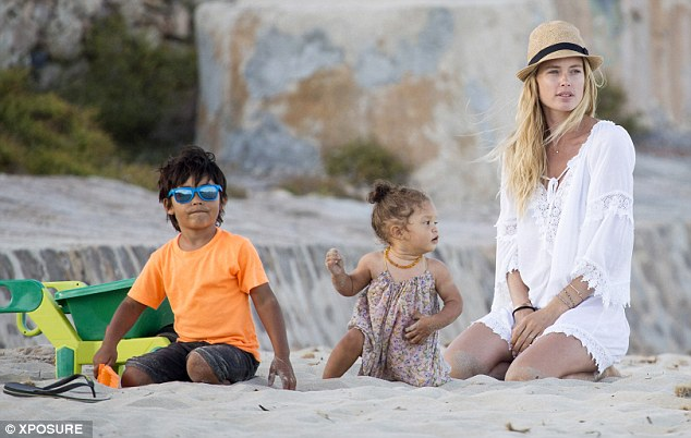 2B7296DE00000578-3201462-Bonding Doutzen played in the sand with little Phyllon and her d-a-1 1439856817035 e8348