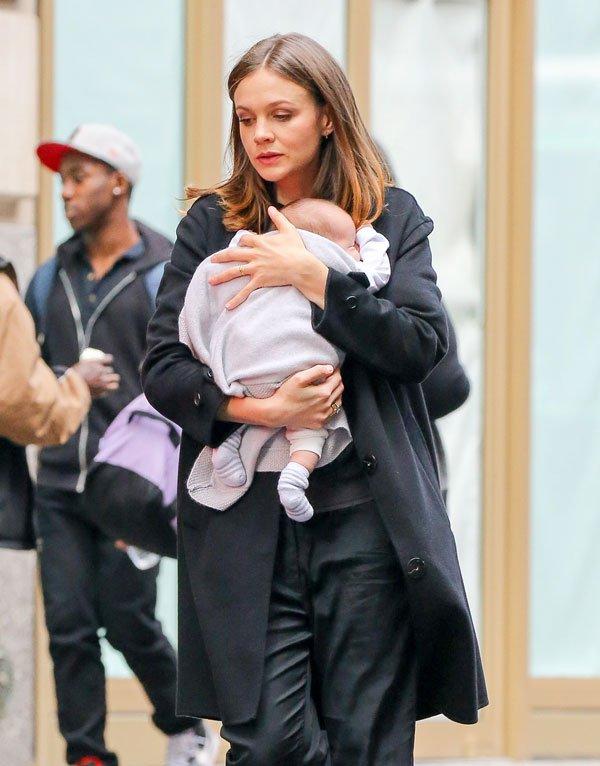 carey-mulligan-new-born-baby-daughter-evelyn-04 9e464