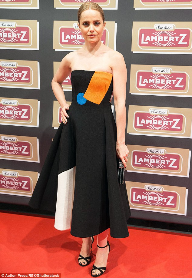30CB094B00000578 3427791 Slipping into a strapless black A Line dress the blonde beauty c m 37 1454404902769 7445f