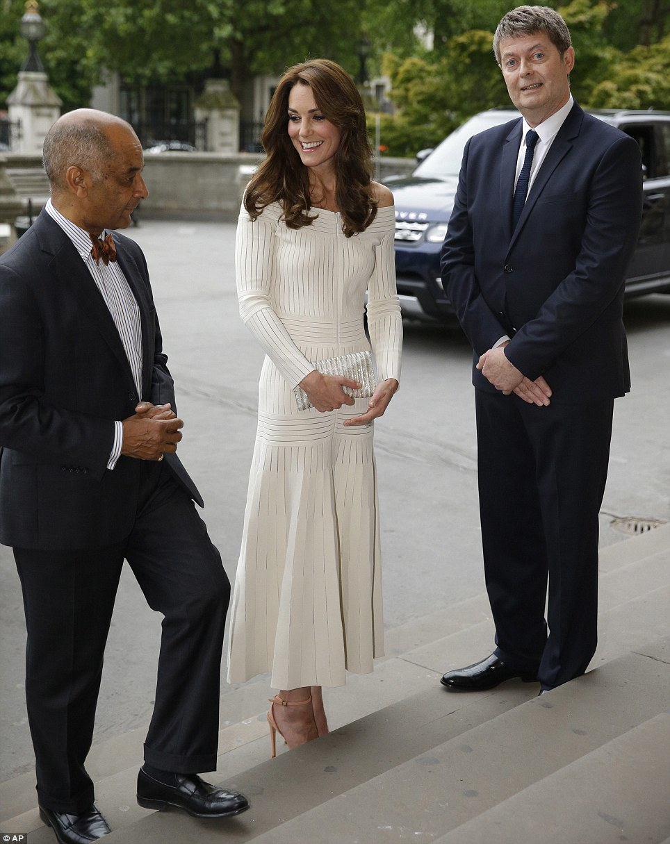 3603A90300000578 3677602 The Duchess of Cambridge was met on the steps by Ken Olisa Lord m 98 1467846769188 2abd6