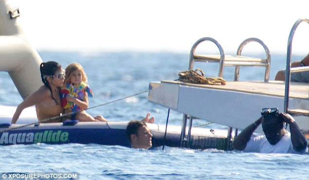 37DD7F8400000578 3772361 Family time Kourtney was spotted cuddling her four year old daug m 85 1472920008752