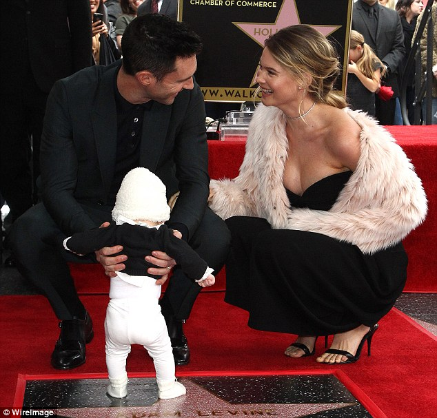 3D10049200000578 4213518 The couple beamed at each other as Levine held their daughter in a 37 1486768374655