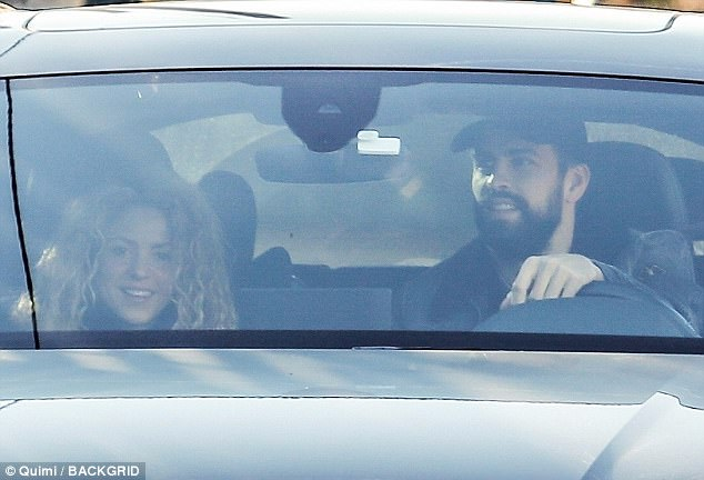 46C4A5EE00000578 5126885 Shakira and longtime partner Gerard Pique were in great spirits m 9 1511913358900