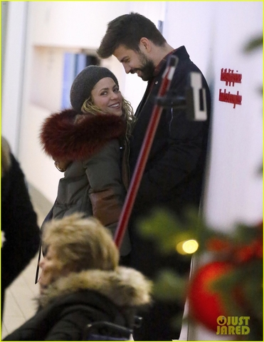 shakira gerard pique show off some sweet pda at jfk airport 04