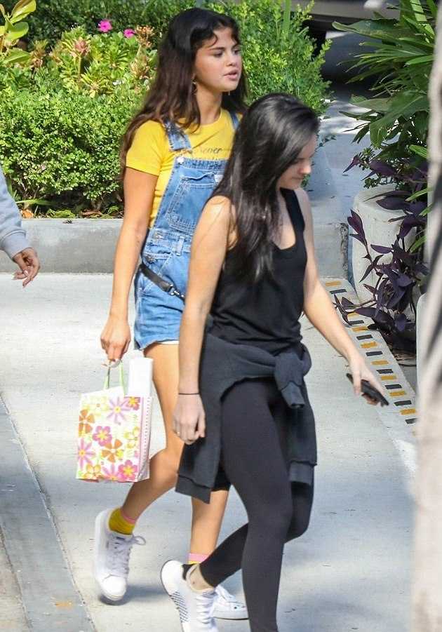 4F37B42900000578 6076655 Sunny outlook Selena Gomez was spotted getting brunch with the g m 121 1534714076705