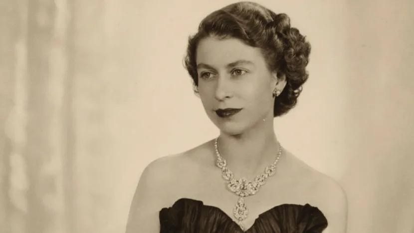 Dorothy Wildings 1952 portrait of Queen Elizabeth II. William Hustler and Georgina Hustler National Portrait Gallery